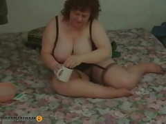 Thick chick shaves her pussy