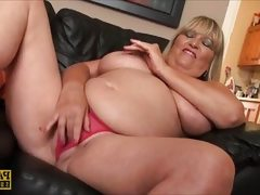 Blonde bbw makes her pussy wet